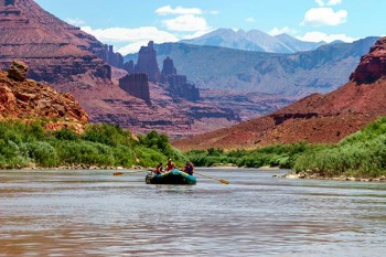southwest-vacation-package-fisher-towers-boat